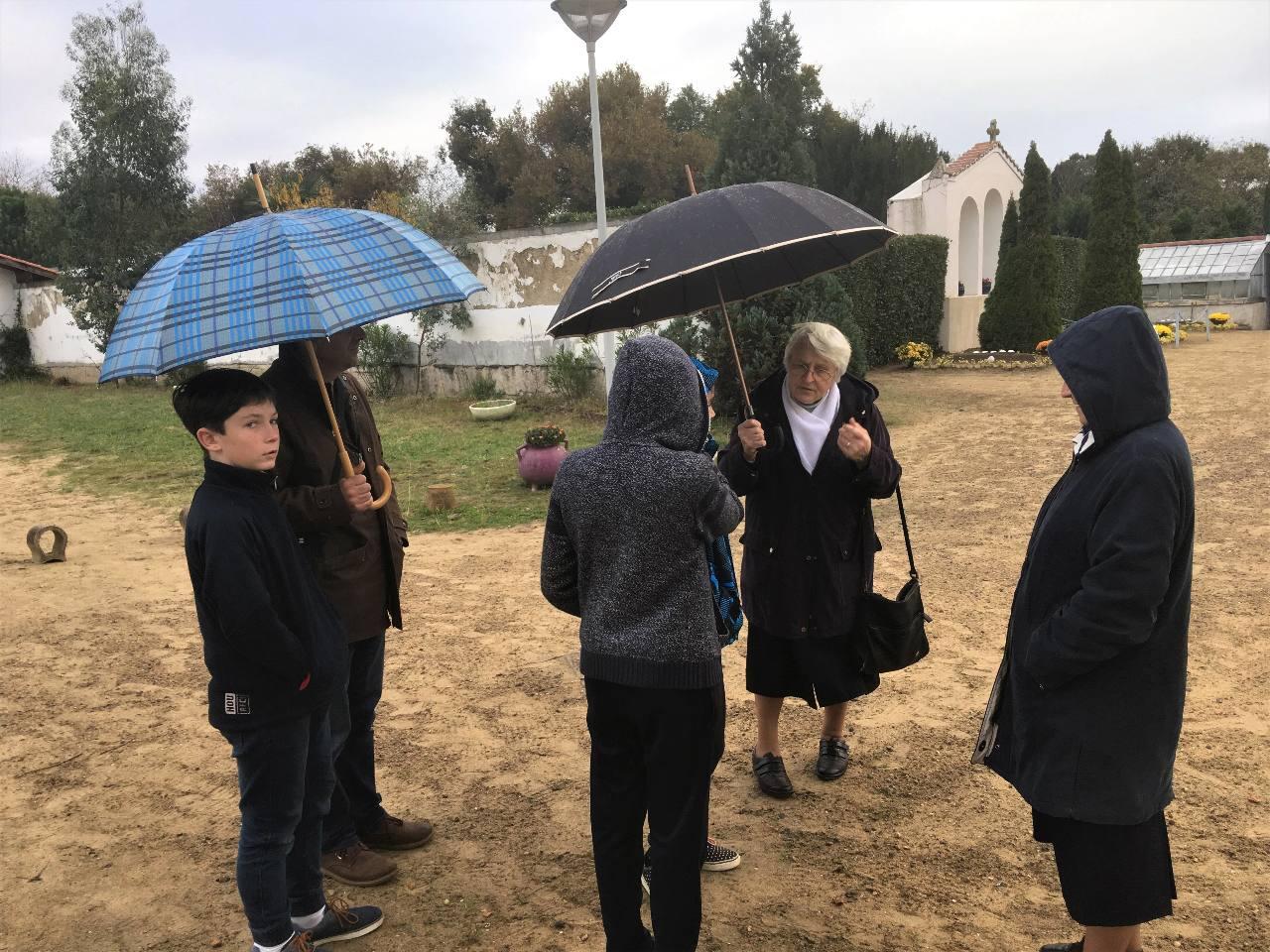 Le cimetière de sable des Bernardines avec les explications de sœur Maryse