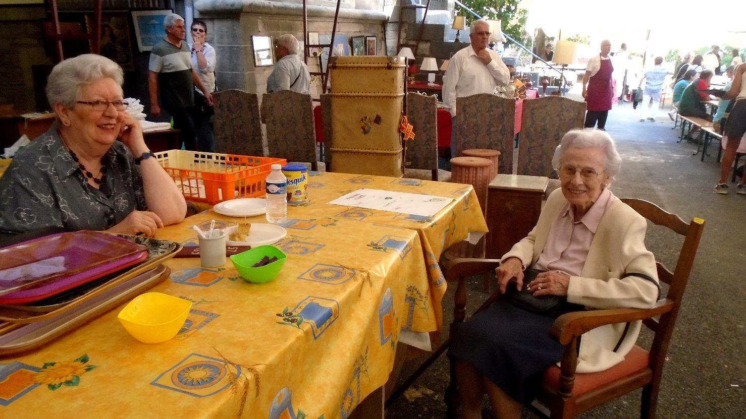 Agréable visite de la voisine des lieux et probablement doyenne de l'assemblée (chuuut !... 99 ans !)