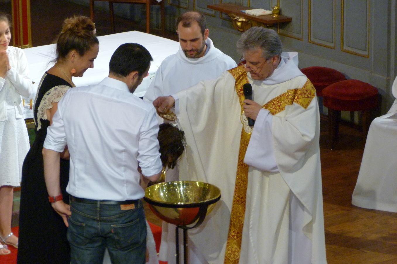 """"""" Lily, je te baptise au nom du Père, et du fils, et du saint Esprit """""""