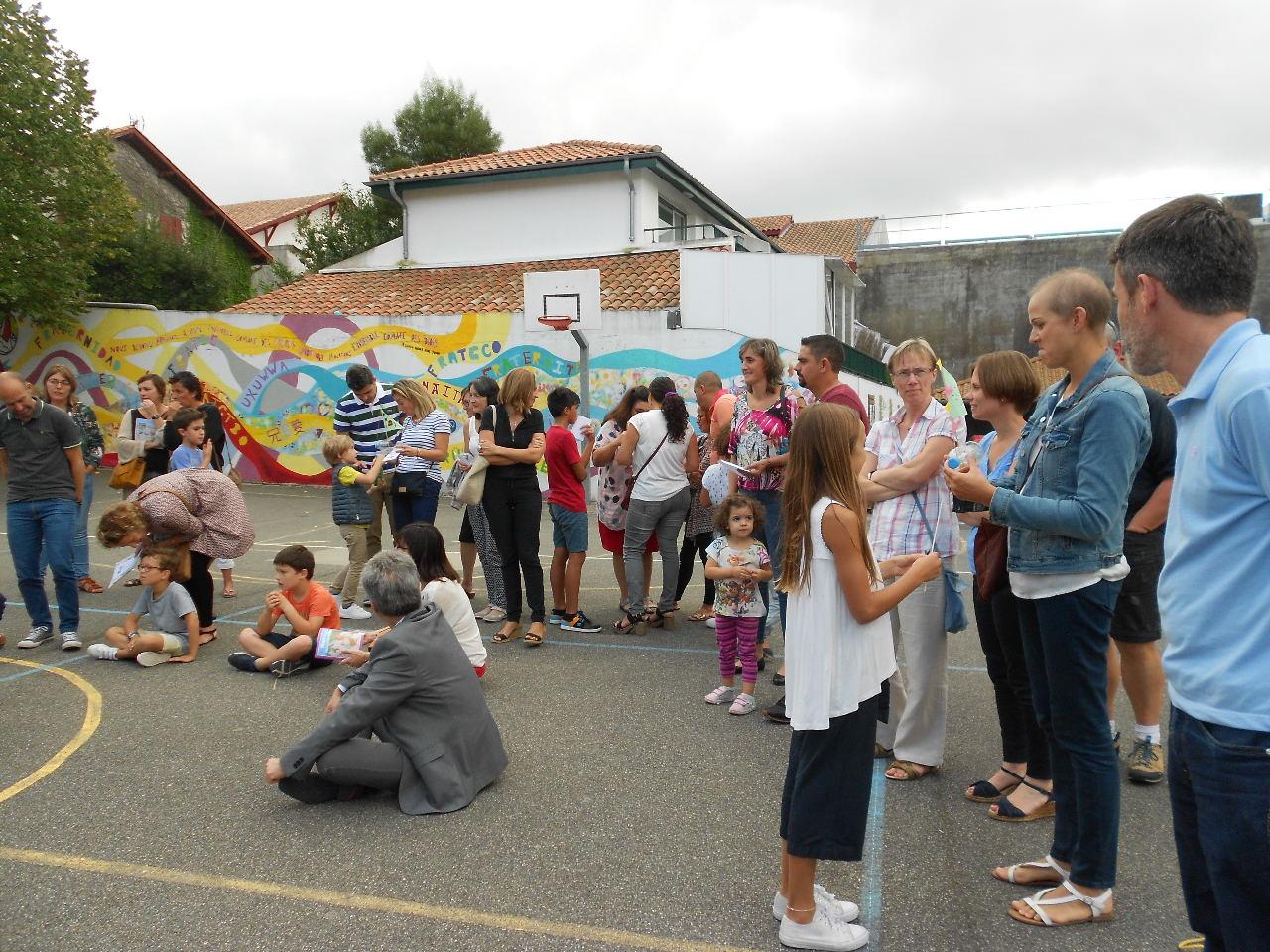 Les enfants montrent leurs bateaux aux parents étonnés !