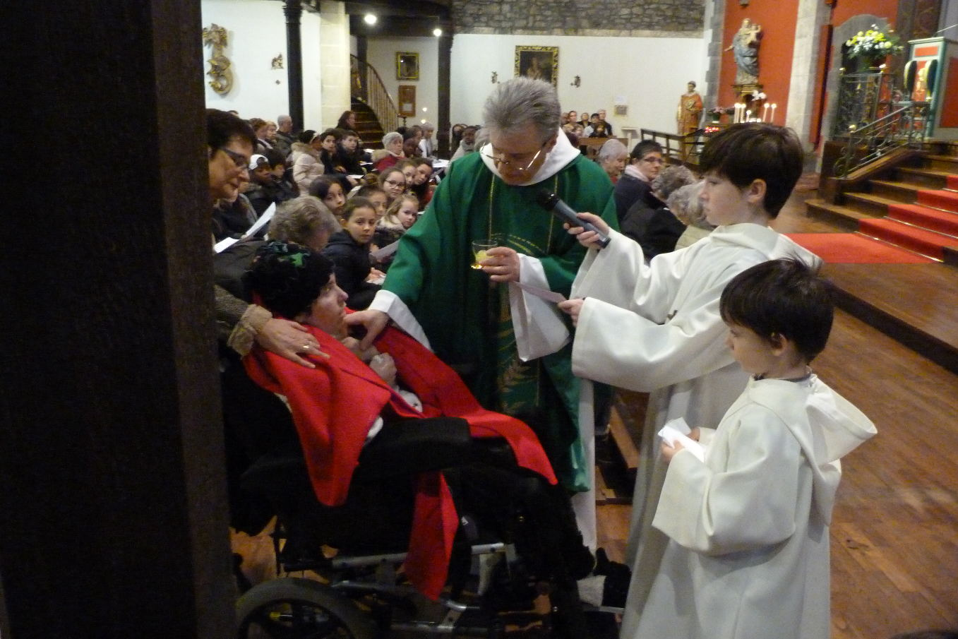 Avec l'aide de Daniel et de Martin, frères, le prêtre, tout en traçant avec l'huile sainte ...