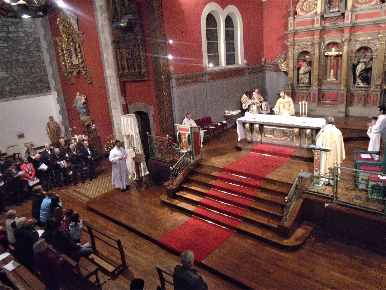 Après la communion, les hosties consacrées seront portées en procession au reposoir.