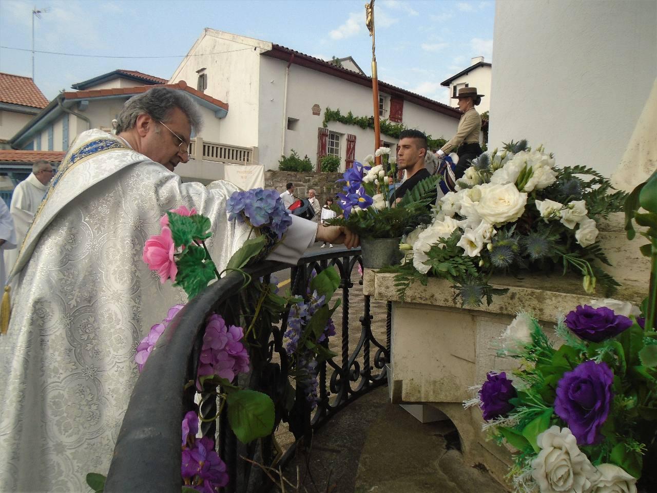 à Notre Dame du Port, déjà bien honorée de fleurs !