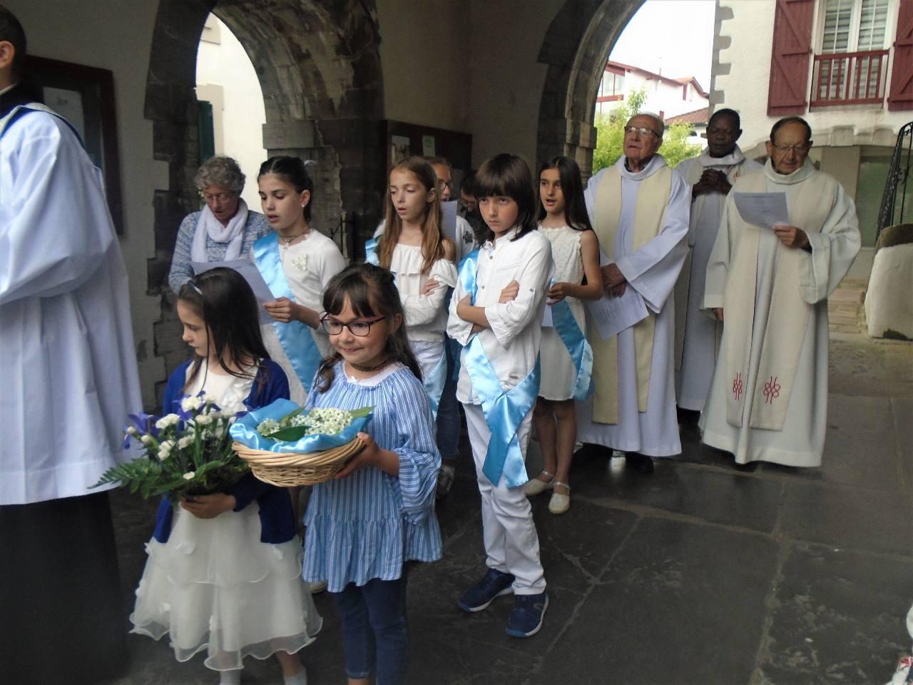 Cheyenne le bouquet, Angela la couronne ; Adriana, Sara, Iñaki, Pantxica et Idoïa sont félicités pour leur persévérance dans leur recherche de Dieu par leur poursuite du catéchisme