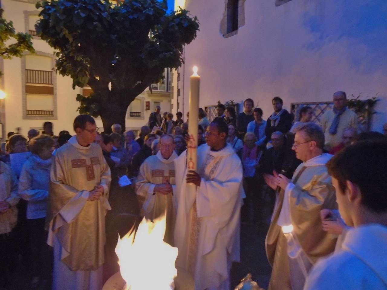 La lumière va être transmise à tous les fidèles à l'image de la grâce et de l'amour de Dieu.. Quand on en transmet la flamme sa clarté ne diminue pas !