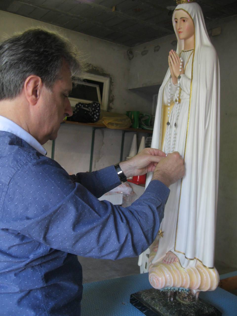 Sérieusement ! L'abbé Jean-Marc installe le chapelet de Notre Dame de Fatima