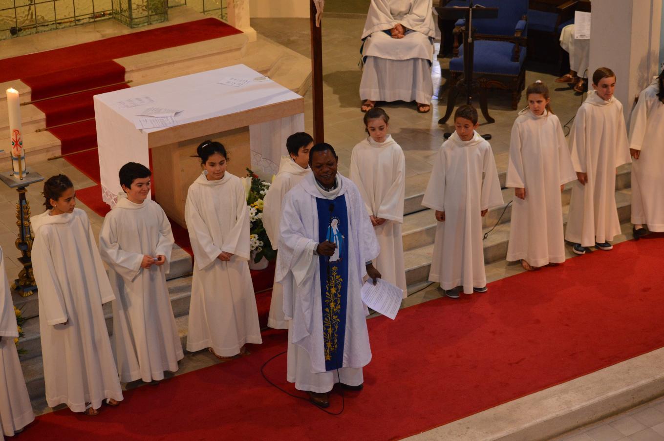 L'abbé Roger explique le signe de la Croix que les enfants vont recevoir
