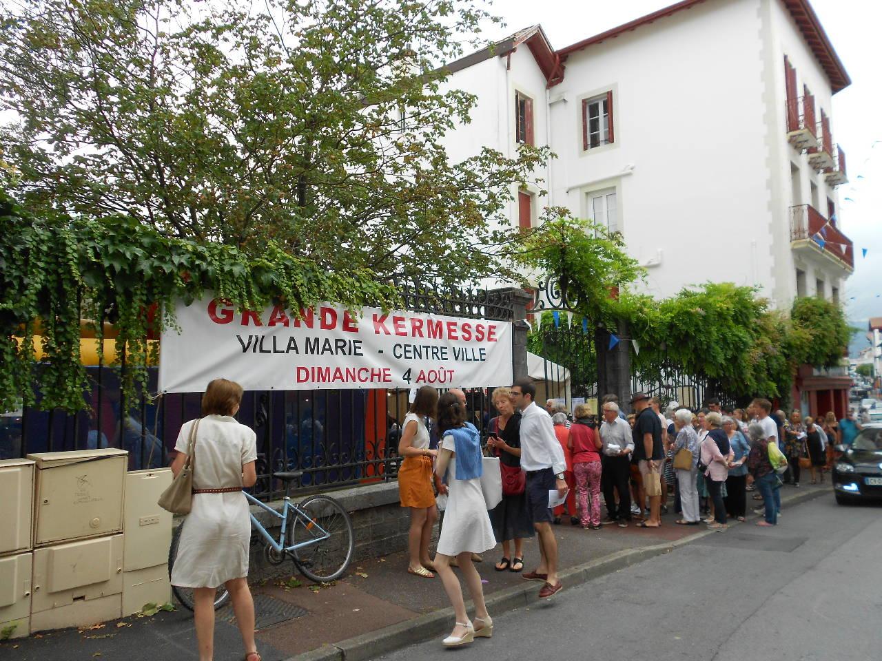 """Et maintenant, à table !...  mais cela se mérite ; il faut faire la queue étant donné le succès de la """"Cuisine Kermesse"""""""