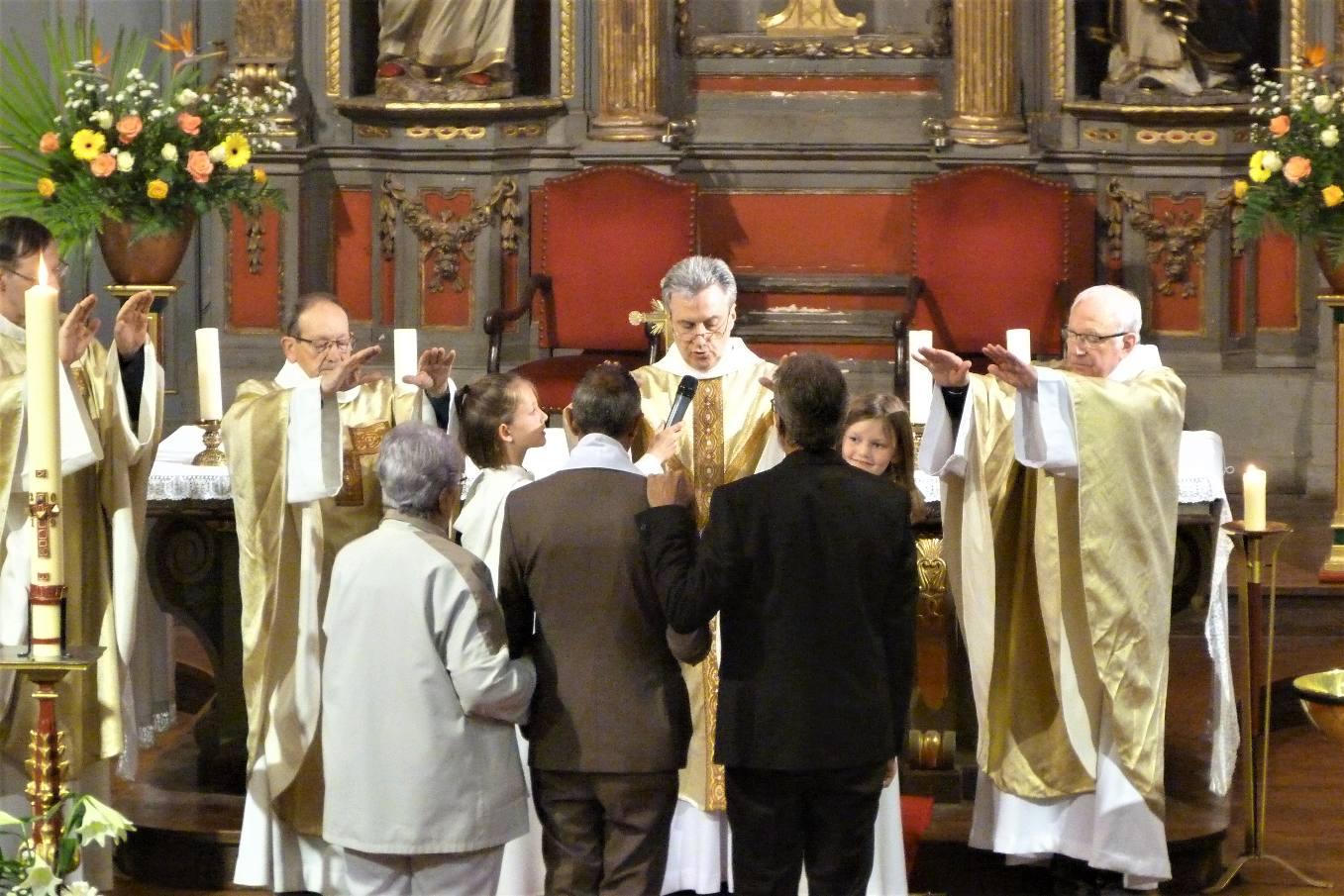 Fabrice reçoit le Sacrement de la Confirmation