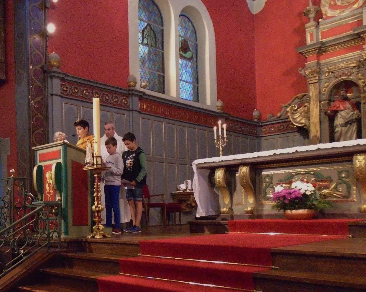 Diogo, Alexandre (plus jeune) et Killian pour la prière universelle