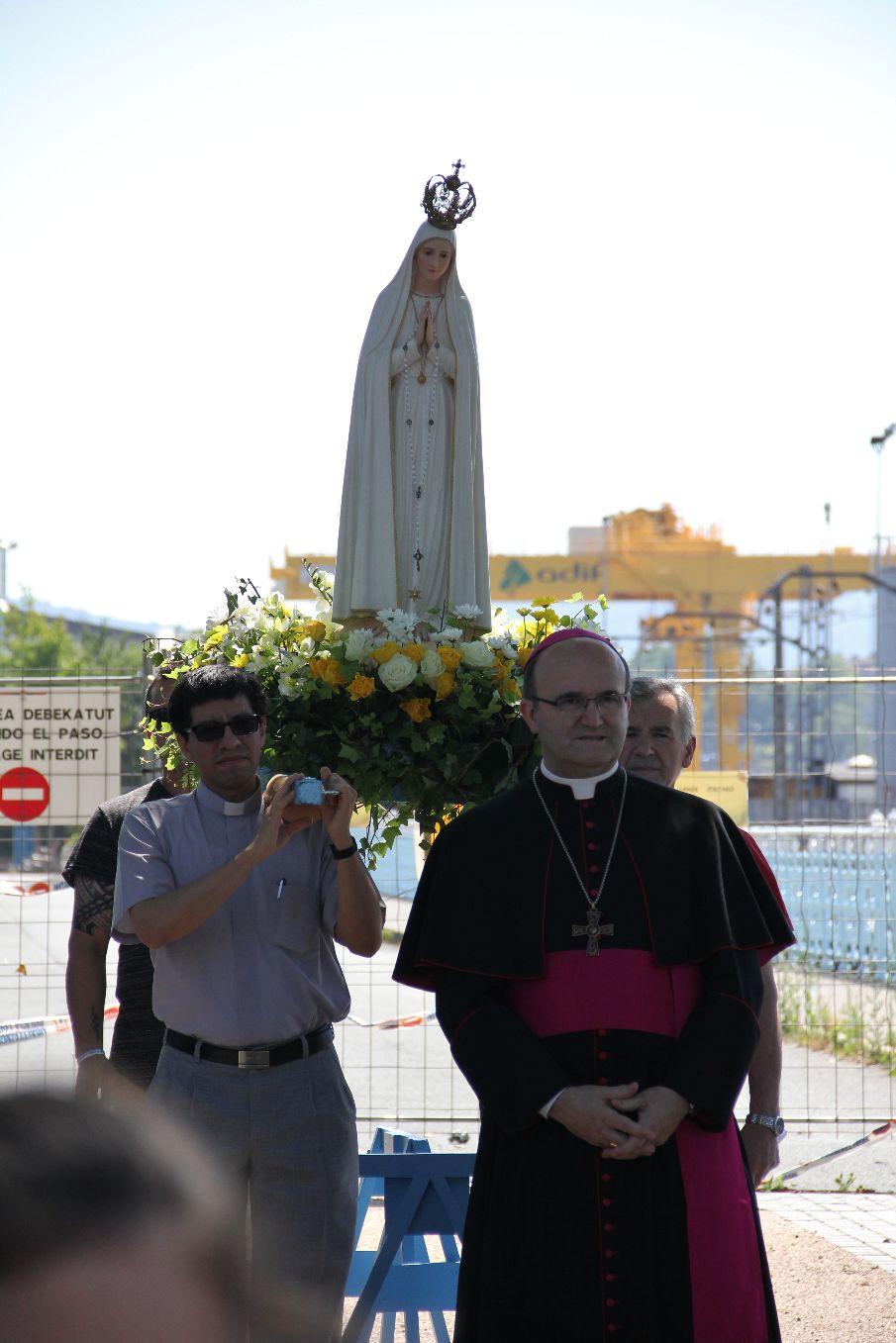 Notre Dame de Fatima sur les épaules espagnoles tout le temps de l'accueil et de l'historique du 1e passage de la statue par Hendaye