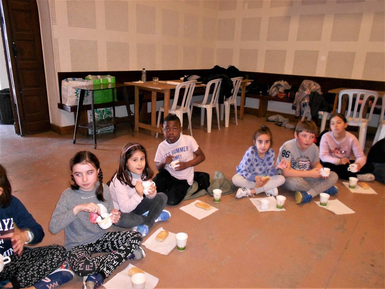 Seuls 3 enfants n'ont pas voulu du riz froid ; plusieurs en ont mangé deux ou trois tasses ; le pain fait l'unanimité !