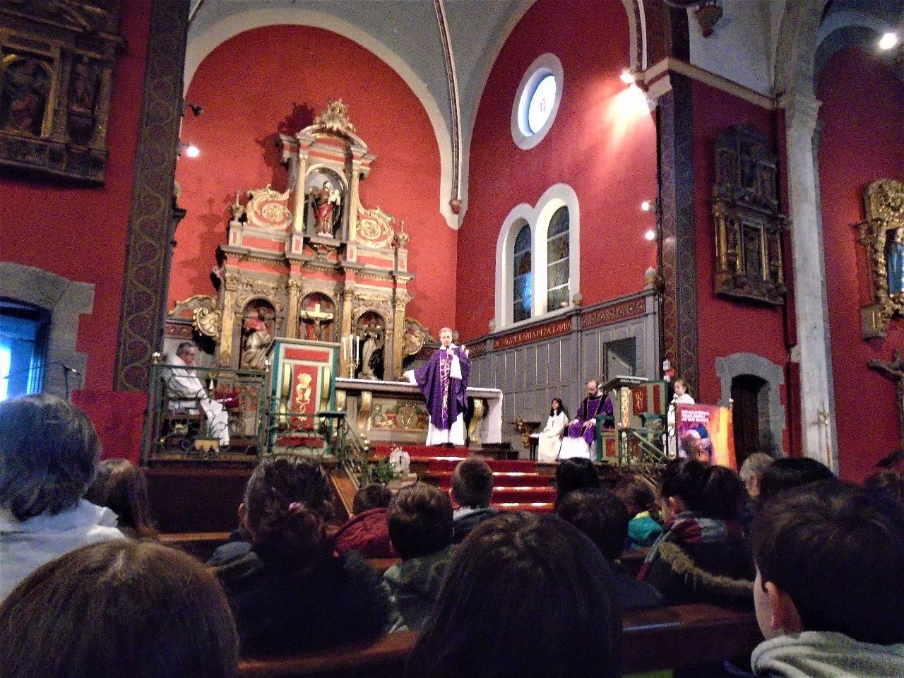 """L'abbé Jean-Marc relie la couleur, violet, du Carême (bleu, """"couleur"""" de Marie + rouge, sang du Christ et """"couleur"""" de l'Esprit Saint) et l'autel, table du sacrifice et de la venue de l'Esprit Saint"""