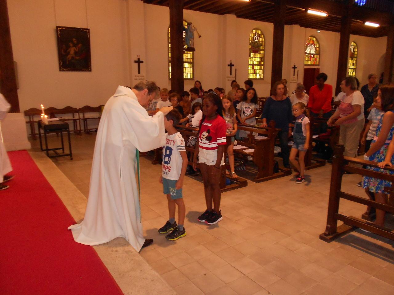 Alors chaque enfant est venu dire son prénom à leur pasteur qui leur a imposé les mains et invités à suivre Jésus.