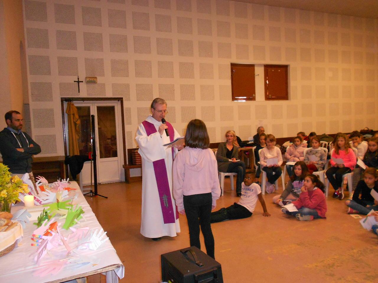 Lily pour son étape vers le baptême en présence de sa maman et de sa sœur  et de tous ses camarades !