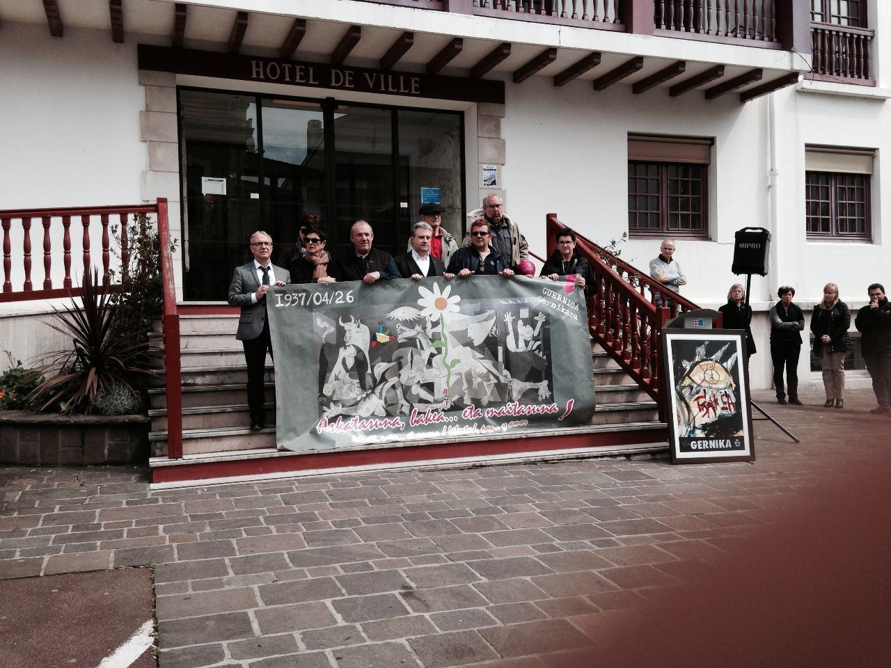 Au pied des marches de la mairie d'Hendaye : unité dans la diversité...