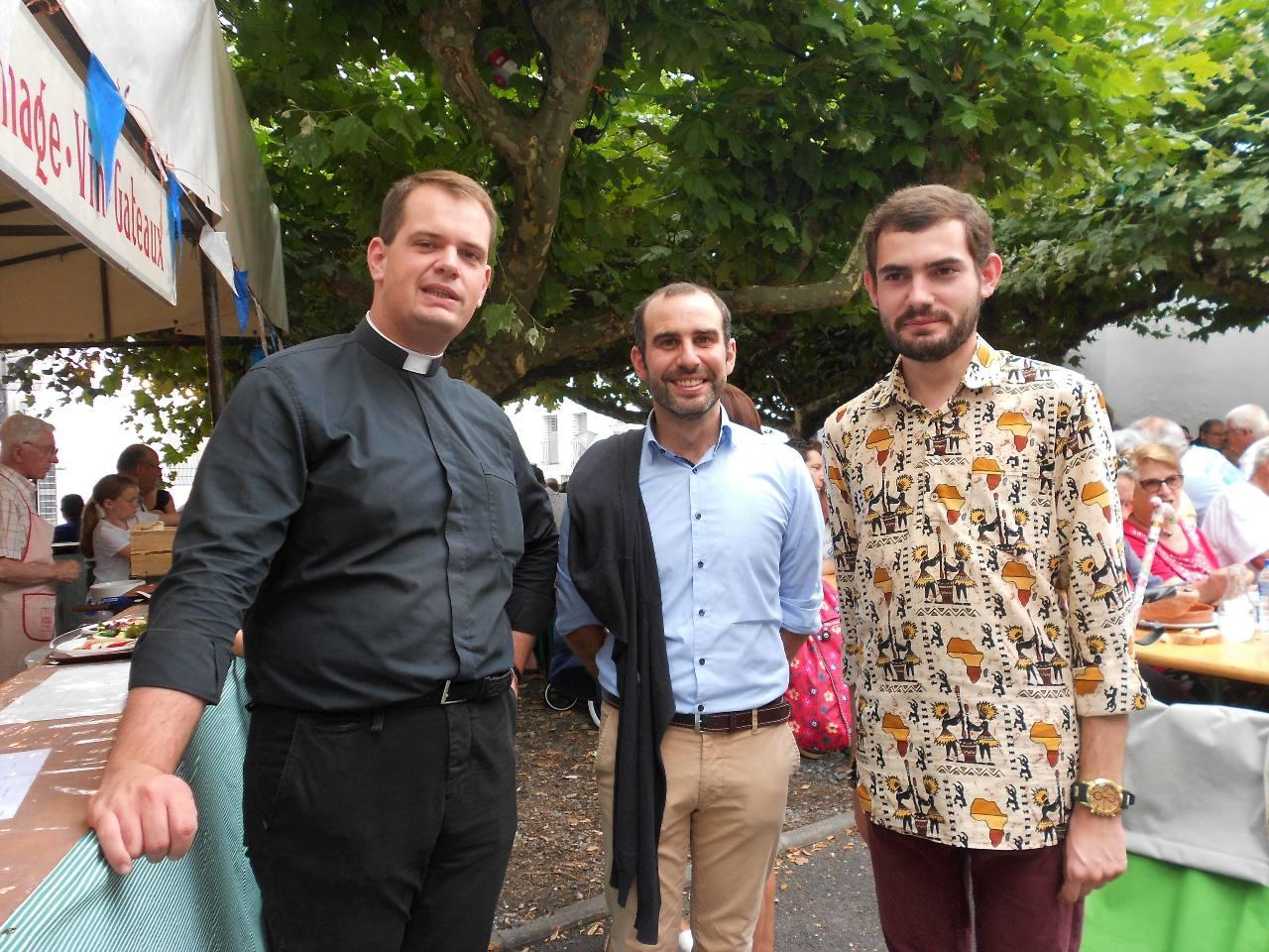 Nos futurs prêtres :  l'abbé Baptiste, diacre depuis juillet ; Iban et Alexandre et sa belle chemise souvenir d'Afrique
