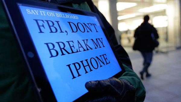Apple была вынуждена в суде отстаивать права своих пользователей на конфиденциальность данных: ФБР потребовало создать бэкдор для телефона террориста из Сан-Бернардино, но позднее заявило о том, что получила доступ к информации на нем без помощи компании. В поддержку Apple были проведены многочисленные акции по всему миру.