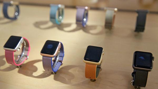 Apple Watch, впервые представленные в 2014 году, с ремешками разных цветов на витрине магазина