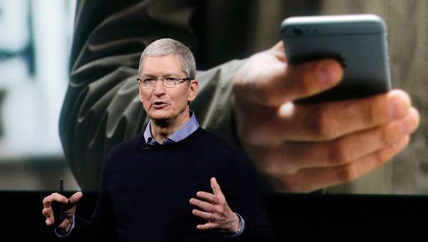 Глава Apple Тим Кук, сменивший Стива Джобса в 2011 году, в ходе ежегодной презентации