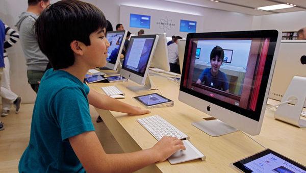 Юный посетитель магазина Apple перед релизом новой версии операционной системы OS X Mountain Lion