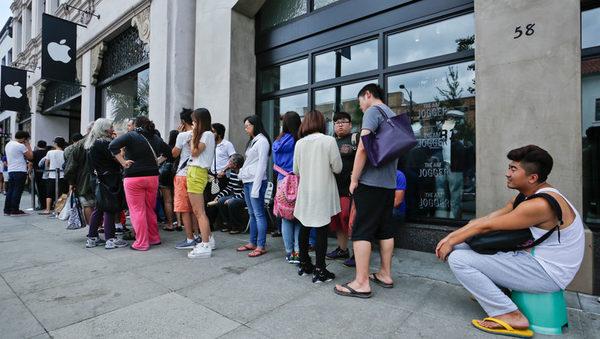 Фанаты Apple традиционно занимают очередь за новинками за несколько дней до начала продаж
