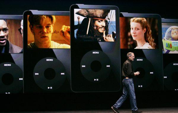 Джобс на сентябрьской презентации в 2006 году рассказывает о возможности просмотра видео на маленьком экране iPod