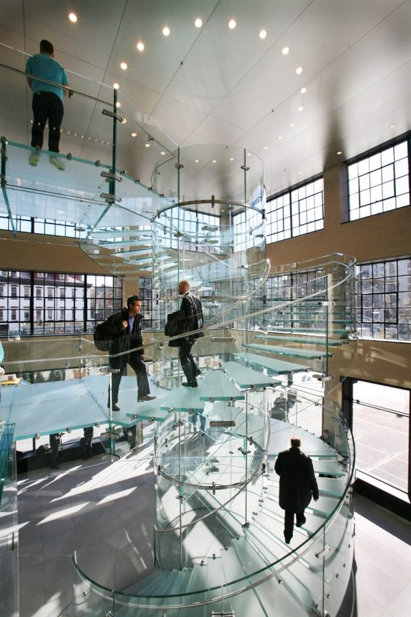 Компания прославилась не только своими продуктами, но и «воздушной» лестницей, сделавшей Apple Store культовым магазином. Apple запатентовала дизайн архитектурной конструкции, состоящей из цельных частей стекла и создающей ощущение невесомости