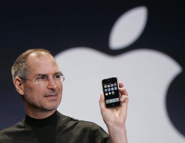 Стив Джобс демонстрирует публике самый первый iPhone