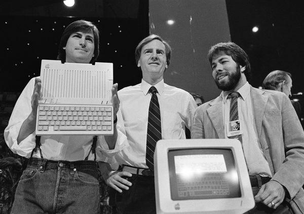 Стив Джобс, Джон Скалли и Стив Возняк во время презентации Apple IIс. Апрель 1984 года