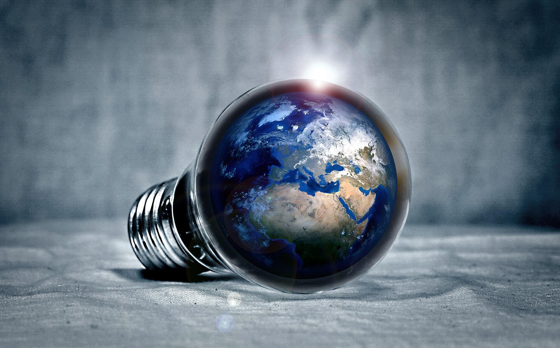 immagine del mondo racchiuso dentro ad una lampadina