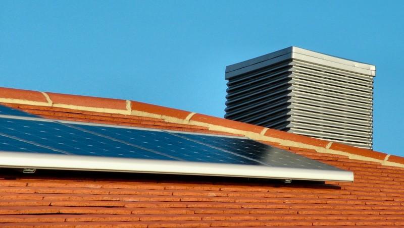 Casa ecosostenibile con pannelli solari sul tetto