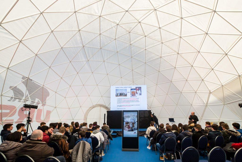 cupola: interno di Isola Ursa | confronto tra studenti ed esperti su cambiamento climatico