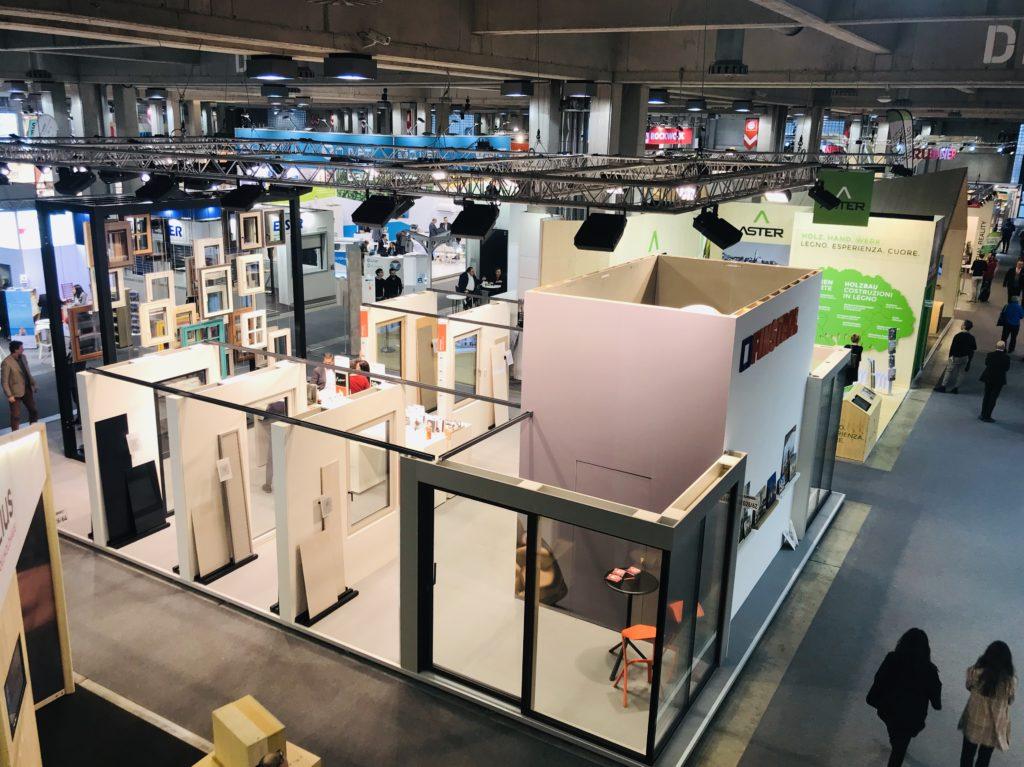 Veduta dell'alto di Klimahouse 2019, con materiali innovativi e soluzioni sostenibili | economia circolare
