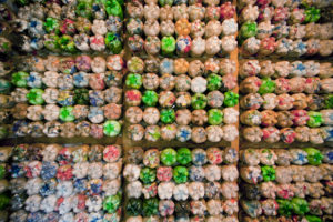 materiali circolare   muri con bottiglie di plastica