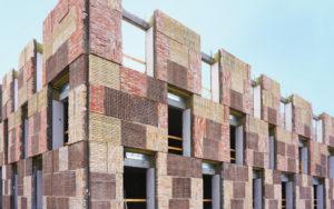 materiali circolari | edifici costruiti da materiali di recupero rurale