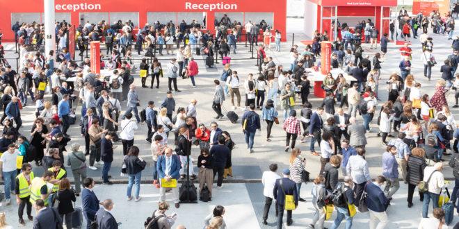 Salone del mobile 2019 | verde fa tendenza | folla di persone