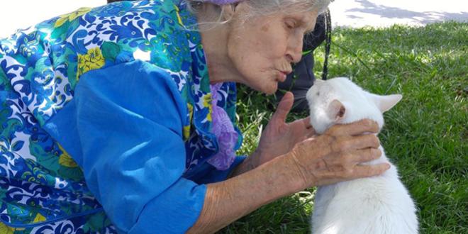 nonna con gatto