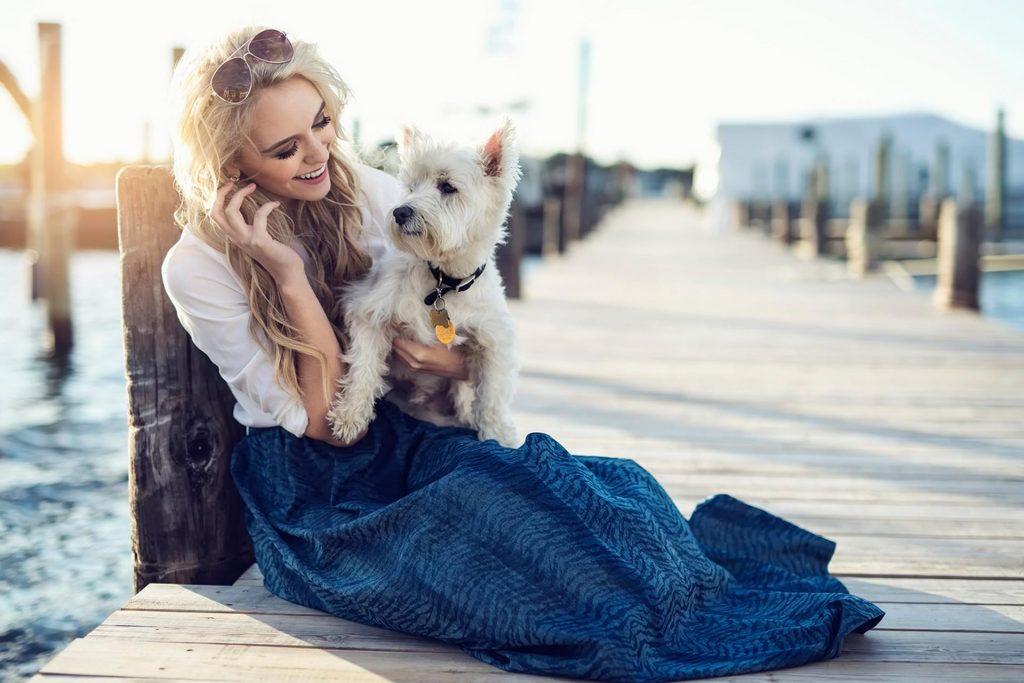 ragazza e cane sulla spiaggia