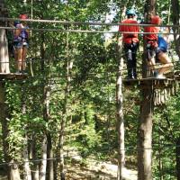 Avventure tra gli alberi nel parco avventura Adventureland