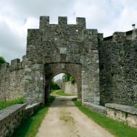 Castello di Arcano Superiore, dotato di una struttura medievale del XIII secolo