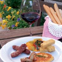 Piatto a base di salumi e formaggi e dolci, accompagnati dagli ottimi vini locali