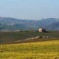 Uno dei rari esempi di casolari disseminati nella piana e tra le colline che costeggiano il borgo campano di Calitri