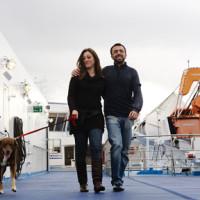 Un cane a passeggio con i suoi padroni su una delle navi di Grandi Navi Veloci