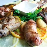 Le carni della tradizione lucana, ovvero costolette di agnello e salsicce di maiale