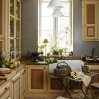 Scorcio della cucina, dalle pareti color grigio ardesia. Si compone di un doppio lavandino e di mobili in legno, costruiti da un artigiano locale