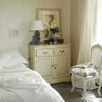 Canditi copriletti e tende bianche nelle camere da letto