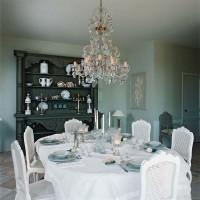 Catherine ha impreziosito il tavolo della sala da pranzo con ortensie e oggetti in vetro. Sul tavolo domina un lampadario ottocentesco, acquistato da un antiquario belga