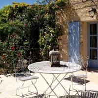 Altro scorcio del giardino con le sedute in ferro e la pergola -terrazza