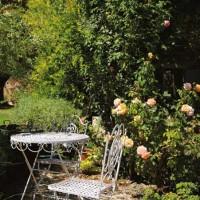 Altro scorcio del giardino con le sedute in ferro
